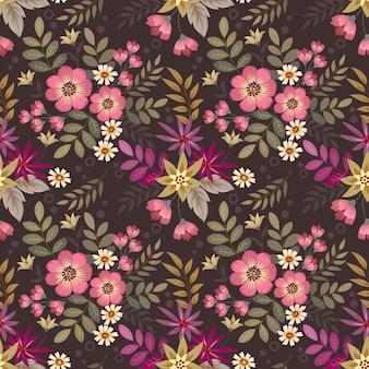 Kwiatowy wzór z różnych kwiatów na ciemnym brązowym tle