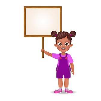 Ładna dziewczyna trzyma drewnianą deskę puste