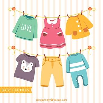 Ładne dziecięce ubrania wiszące na linie