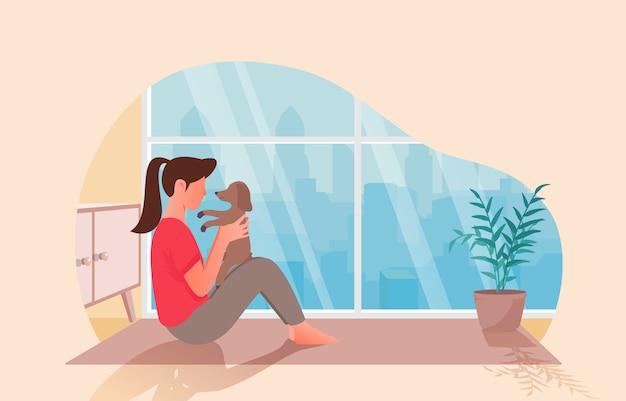 Ładne kobiety bawiące się ze swoim zwierzakiem w swoim mieszkaniu.