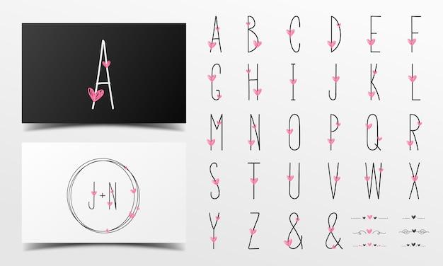 Ładny alfabet w odręcznym stylu ozdobiony różowym sercem.