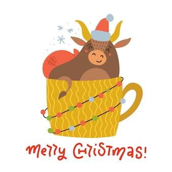 Ładny byk w żółtej filiżance. druk na tkaninę świąteczną, kartkę z życzeniami, kalendarze, pocztówki. wół w czapce mikołaja.