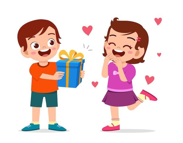 Ładny chłopak daje prezent dla dziewczynki na urodziny