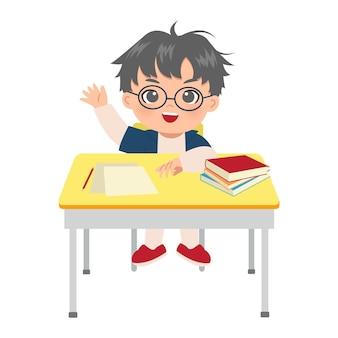 Ładny chłopak podnoszący rękę w klasie, aby odpowiedzieć na pytanie