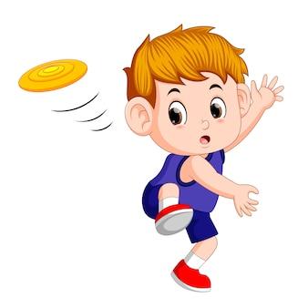 Ładny chłopiec bawi się frisbee