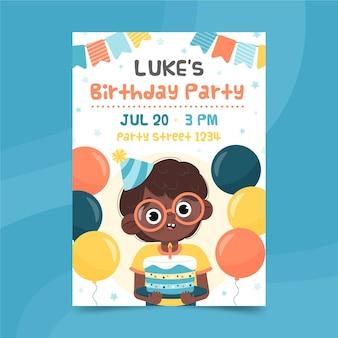 Ładny chłopiec trzyma tort i jest otoczony plakat balony