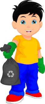 Ładny chłopiec trzyma worek na śmieci