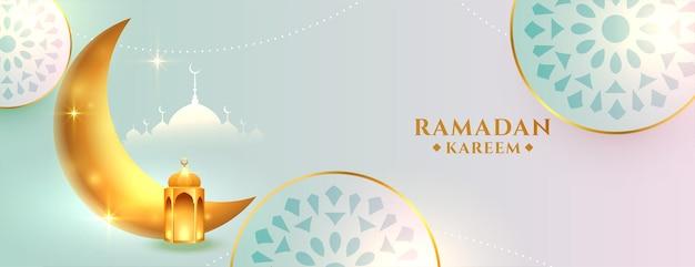 Ładny islamski sztandar ramadan kareem ze złotym księżycem