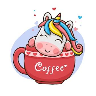 Ładny jednorożec w filiżance kawy na białym tle.