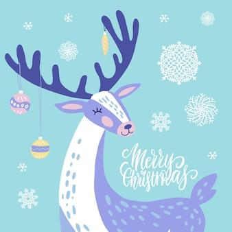 Ładny kartki świąteczne pozdrowienia, zaproszenie z reniferów z zabawkami świątecznymi na rogach. ręcznie rysowane jelenia z wzorem płatki śniegu.