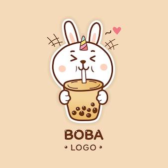 Ładny królik jednorożec pije herbatę bąbelkową boba logo kreskówka rysować ręka