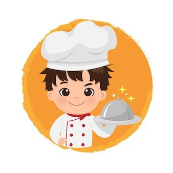 Ładny kucharz chłopiec trzyma logo talerz danie. ufny uśmiech szuka człowieka. płaska konstrukcja.