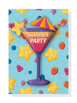 Ładny letni szablon tło banery i tapety, zaproszenia. smaczny świeży koktajl ze słomą i parasolem. z tyłu karambola, truskawka i jagody.