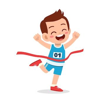 Ładny mały chłopiec biegnie w wyścigu maratońskim i wygrywa