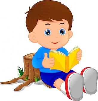Ładny mały chłopiec czytanie książki