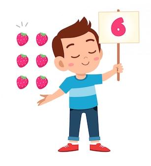 Ładny mały chłopiec dziecko nauki matematyki liczby liczyć owoce