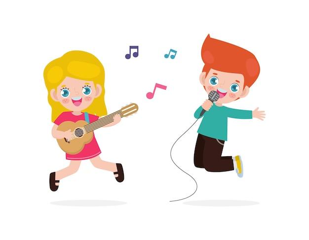 Ładny mały chłopiec i dziewczynka kaukaski gra na gitarze i śpiewa
