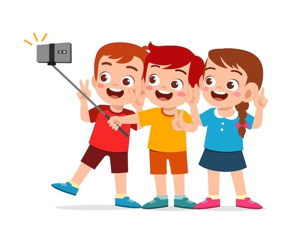 Ładny mały chłopiec i dziewczynka razem biorą selfie