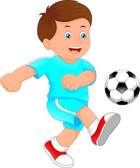 Ładny mały chłopiec piłkarz