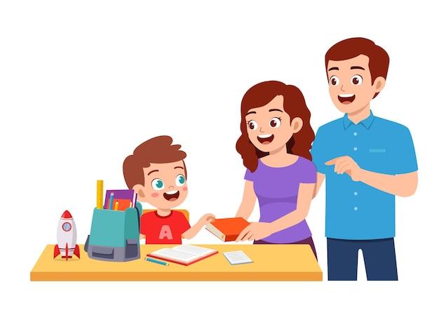 Ładny mały chłopiec studiuje razem z matką i ojcem w domu