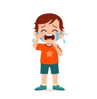 Ładny mały chłopiec z wyrażeniem płacz i napad złości