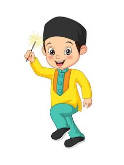 Ładny muzułmański chłopiec bawi się fajerwerkami