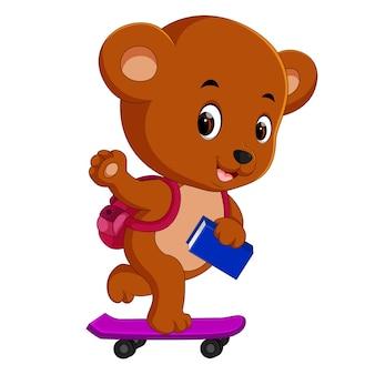 Ładny niedźwiedź trzyma książkę i gra deskorolka