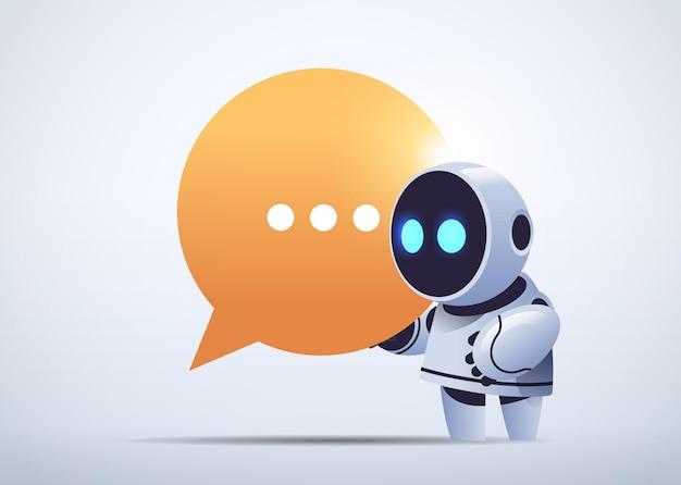 Ładny robot cyborg trzymający bańkę czatową komunikacja chatbot obsługa klienta technologia sztucznej inteligencji