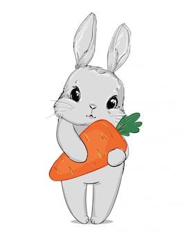 Ładny szary królik trzyma marchewkę na białym tle