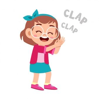 Ładny szczęśliwy dzieciak klaskać dłoń otuchy uśmiech
