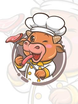 Ładny szef kuchni krowa postać z kreskówki trzyma kiełbasę z grilla i stek - maskotka i ilustracja
