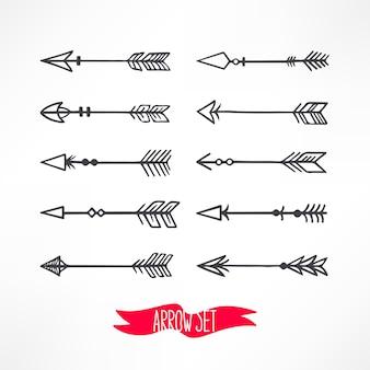 Ładny zestaw ze strzałkami na tle. ręcznie rysowane ilustracji