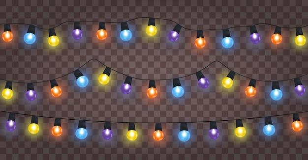 Lampki choinkowe na białym tle realistyczne elementy projektu. girlandy z kolorowymi żarówkami.