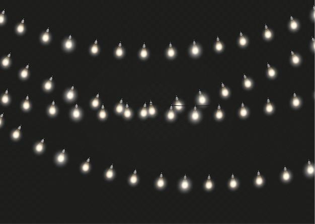 Lampki choinkowe na białym tle realistyczne elementy projektu. świecące światła na kartki świąteczne, banery, plakaty, projektowanie stron internetowych. ozdoby wianek. lampa led neonowa