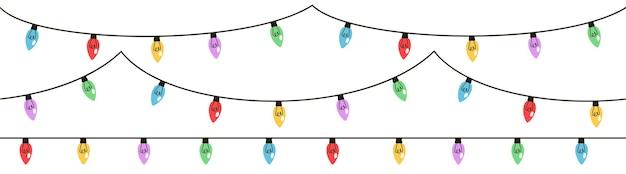 Lampki choinkowe ustawione na białym tle. girlandy z kolorowymi żarówkami.