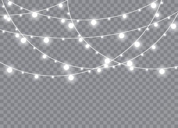 Lampki świąteczne na białym tle realistyczne elementy. świecące światła ozdoby girlandy. ilustracja.