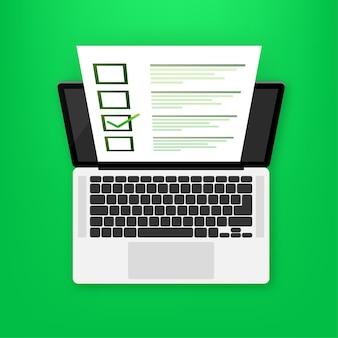 Laptop z egzaminem online na zielono