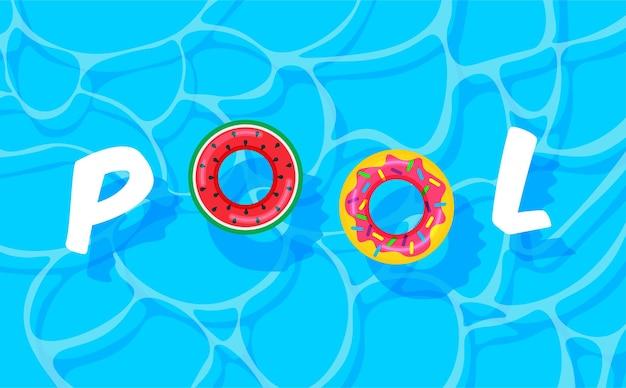 Lato na basenie z kolorowymi kołami ratunkowymi
