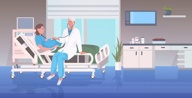 Lekarka w mundurze używać stetoskop egzamininuje kobieta w ciąży lying on the beach w łóżku szpitalnym przed poród ginekologii konsultaci ciążowym pojęciem folował długość horyzontalną