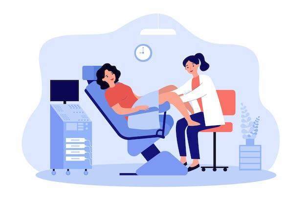 Lekarz bada pacjenta na fotelu ginekologicznym