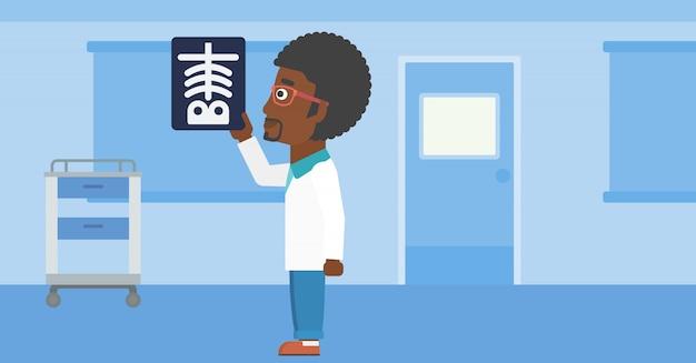 Lekarz bada radiogram.