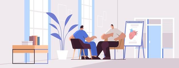 Lekarz kardiolog w mundurze badający pacjenta płci męskiej konsultacja lekarska kardiologia opieka zdrowotna
