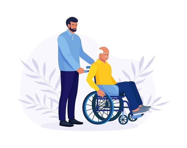 Lekarz lub pielęgniarka, krewny pchający wózek inwalidzki z chorym lub niepełnosprawnym starcem. osoby starsze otrzymujące pomoc, opiekę. wolontariuszka opiekująca się niepełnosprawnym seniorem