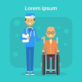 Lekarz medycyny z starszy mężczyzna na wózku inwalidzkim szczęśliwy stary mężczyzna niepełnosprawnych uśmiecha siedzieć na wózku inwalidzkim koncepcji niepełnosprawności