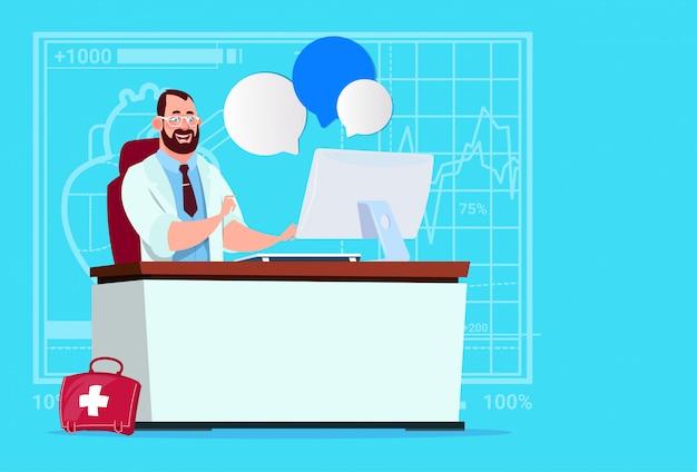 Lekarz siedzi na komputerze online konsultacja medical clinics worker hospital
