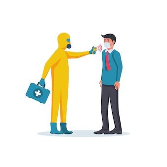 Lekarz w hazmat trzymając w ręku termometr bezdotykowy