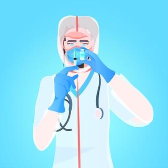 Lekarz w kombinezonie ochronnym i masce trzymając strzykawkę z butelką fiolki rozwój szczepionki walka