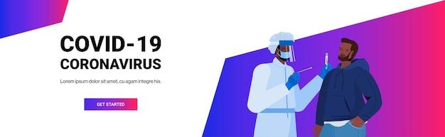 Lekarz w masce pobierający wymaz z próbki koronawirusa od afroamerykańskiego mężczyzny pacjenta procedura diagnostyczna pcr covid-19 koncepcja pandemii portret pozioma kopia przestrzeń ilustracja wektorowa