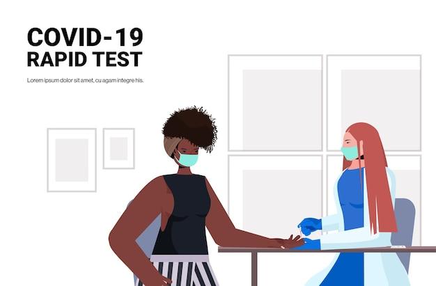 Lekarz w masce pobieranie próbki krwi pacjenta afroamerykanka na szybki test walki z koncepcją koronawirusa poziome portret ilustracji wektorowych