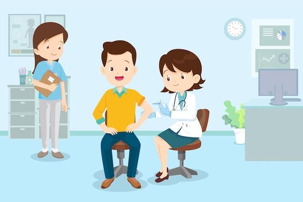 Lekarz wstrzykuje szczepionkę na koronawirusa szczepienie covid19 dla mężczyzny
